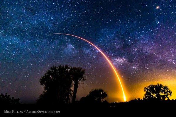 LES 8 PLUS BELLES PHOTOS ASTRONOMIQUES DE 2016 : 1. Falcon 9 dans le ciel de Floride, la fusée Falcon 9 s'élance vers les étoiles. © Mike Killian, AmericaSpace. 2. Étoiles filantes, Voie lactée et nature terrestre, Dialogue des paysages terrestres et célestes. © Raghu Yadavalli. 3. Une couronne tressée d'aurores, pareille à un arc-en-ciel, une aurore boréale auréole le ciel du Maine. © Aaron D. Priest. 4. Superlune au-dessus du cosmodrome de Baikonour, la superlune du 14 novembre, la plus grosse depuis 1948, toise le lanceur Soyouz. © Nasa, Bill Ingalls . 5. Traînées d'étoiles et aurore boréale, les étoiles les plus brillantes du ciel boréal laissent un filet lumineux accompagnant la rotation de la Terre. Une aurore s'est invitée dans ce décor naturel. © Deepanshu Arora. 6. Aurore et Voie lactée dans le ciel austral, Aurore australe photographiée le 8 mai en Nouvelle-Zélande. © Manoj Kesavan. 7. Dernières images prises par Rosetta avant son crash sur la comète Tchouri. © ESA, Rosetta, MPS for OSIRIS. 8. La comète le 27 Mars 2016 prise par la caméra NavCam de la sonde Rosetta. © ESA, Rosetta.