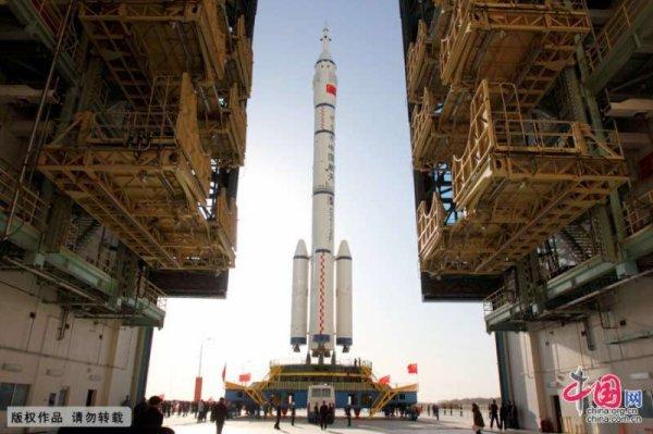 ESPACE INFO : LA CHINE DÉVOILE SES AMBITIONS SPATIALES POUR LES CINQ PROCHAINES ANNÉES !! La Lune avant Mars en 2020 ! Si aujourd'hui la Chine a la planète Mars en point de mire, ses efforts se concentrent ces prochaines années, sur la Lune avec une mission de retour d'échantillons lunaires (Chang'e 5) en 2017 et un atterrissage sur la face cachée de notre satellite (Chang'e 4) en 2018, y compris un système de lancement à déploiement rapide qui va conduire des études préliminaires en vue d'envoyer des Hommes sur la Lune ! En 2020, comme les Américains avec Mars 2020 et les Européens avec ExoMars 2020, la Chine enverra un rover se poser sur Mars, première étape d'un programme qui se terminera par une mission de retour d'échantillons martiens dans le courant de la décennie 2030. Enfin, et c'est nouveau, elle montre un intérêt grandissant pour les astéroïdes et Jupiter qui seront certainement deux destinations au programme à venir ! (Source CNSA)