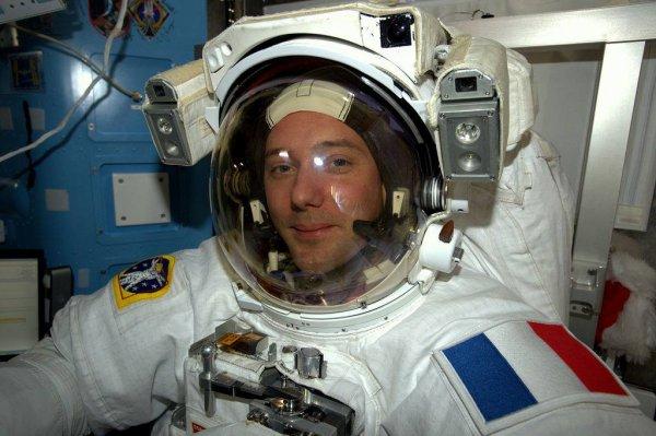 MISSION PROXIMA avec Thomas PESQUET : 5 Janvier 2017. ESSAI DU SCAPHANDRE A BORD DE L'ISS : Avant de sortir dans l'espace, il faut s'assurer que tout est opérationnel et donc essayer les scaphandres à bord de l'ISS, et il faut bien sûr effectuer une dernière vérification pour être absolument sûr que tout fonctionne... Cela représente beaucoup de travail pour les astronautes et encore plus pour toutes les équipes impliquées au sol. Deux sorties extravéhiculaires (EVA) sont programmées : Demain, Peggy effectuera la première EVA aux côtés de Shane. Ce sera au tour de Thomas Pesquet une semaine plus tard, en compagnie de son collègue américain. (Sources ESA-TP)