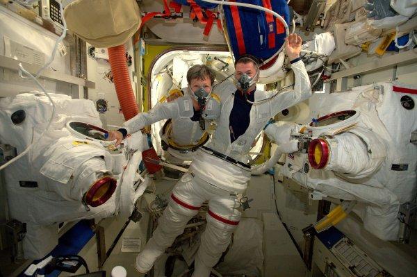 MISSION PROXIMA avec Thomas PESQUET : 7 Janvier 2017. PREMIÈRE SORTIE EXTRAVÉHICULAIRE HORS DE L'ISS : C'était hier la première EVA (sortie extravéhiculaire) pour la sortie de Shane et Peggy Whitson. Après avoir suivi toute une série de procédures pour mettre le scaphandre, réaliser de nouvelles vérifications, préparer tout le matériel et enfin procéder à un long protocole, qui consiste à respirer au préalable de l'oxygène pur et à décompresser progressivement : en terme de pression, une EVA est l'inverse d'une séance de plongée. Tout s'est bien déroulé pour Shane et Peggy à l'extérieur de la Station ! (Sources ESA-TP)