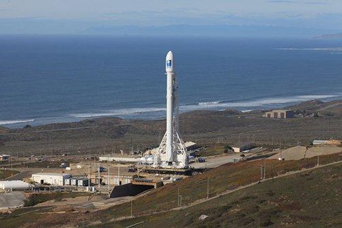 ESPACE INFO : SPACE X LANCE UNE NOUVELLE FALCON 9 !! Après l'explosion d'une fusée Falcon9 le 1er septembre 2016, Space X souhaite reprendre rapidement son activité par la mise sur orbite des satellites de télécommunication Iridium-NEXT avec un nouveau lancement de Falcon9 le 14 janvier 2017. C'est donc trois mois à peine après l'explosion d'une fusée identique sur son pas de tir, à cap Canaveral. L'accident avait eu lieu lors du remplissage des réservoirs de carburant qui ont vu leur pression interne augmenter drastiquement, suite à la formation d'oxygène solide le long des parois. Cette fois, le chargement du carburant devrait s'effectuer à température plus élevée de façon à éviter ce problème. Cette solution à court terme doit être suivie, plus tard, d'une modification des réservoirs. Ce retour en vol, déjà retardé le 16 décembre 2016, attend la confirmation de la Federal Aviation Administration (FAA) qui a participé à l'identification des causes de l'explosion et qui devrait donner son accord. La fusée doit décoller de la base militaire de Vandenberg (Californie) et emporter dix satellites du projet Iridium-NEXT avec elle. (Sources SPACE X-C&E)