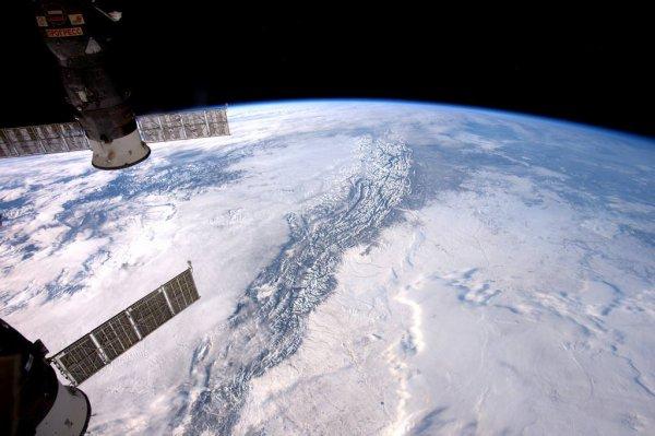 MISSION PROXIMA avec Thomas PESQUET : 9 Janvier 2017. LA TERRE VUE DE L'ISS : Le gigantisme des Rocheuses avec les nuages de chaque côté, observé et photographié par Thomas Pesquet depuis la Station Spatiale Internationale ! (Sources ESA-TP)