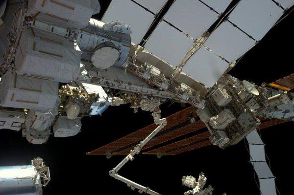 MISSION PROXIMA avec Thomas PESQUET : 13 Janvier 2017. LA PREMIERE SORTIE DANS L'ESPACE DE THOMAS PESQUET : Sous les panneaux solaires de la Station Spatiale Internationale, on aperçoit les batteries qui seront changer au cours de la sortie extravéhiculaire d'aujourd'hui ! (Sources ESA-TP)