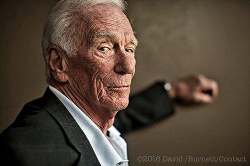 DISPARITION DE GENE CERNAN, le dernier homme à avoir marché sur la Lune ! L'astronaute américain Gene Cernan avait participé en décembre 1972 à l'ultime mission du programme lunaire, Apollo 17. Il vient de mourir à l'âge de 82 ans. Le 14 décembre 1972, Gene Cernan est le dernier homme à quitter la surface lunaire. Son équipier Harrison Schmitt l'attend déjà à bord et il sait qu'il est le dernier à fouler le sol de la Lune avant longtemps. Il déclare : « Alors que nous quittons la Lune ici, à Taurus-Littrow, nous partons comme nous sommes venus, si Dieu le veut, et comme nous devrions revenir, avec paix et espoir pour toute l'humanité. » Depuis Apollo 17, 44 ans se sont écoulés et aucun humain n'est revenu sur la Lune. Et Gene Cernan, qui vient de mourir à l'âge de 82 ans, n'aura pas vu ne serait-ce que l'amorce d'un nouveau programme d'exploration lunaire ! (Sources NASA-APOLLO-C&E)