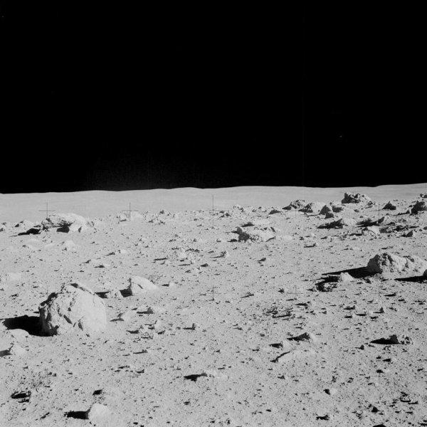 ASTRONOMIE INFO : LA LUNE SERAIT PLUS VIEILLE QU'ON NE LE PENSAIT ! La Lune serait née il y a au moins 4,51 milliards d'années ! Les données obtenues ont alimenté les modélisations de l'origine de la Lune à l'aide de simulations numériques et de la mécanique céleste. Elles ont notamment conduit à proposer l'hypothèse de l'impact d'une petite planète de la taille de Mars, baptisée Théia, avec la jeune Terre de l'Hadéen. C'est cet impact qui aurait propulsé dans l'espace une partie du manteau de notre planète qui, mélangée aux restes de Théia, a produit par accrétion, à partir d'un anneau de débris, notre satellite. Ce processus d'accrétion, et le bombardement météoritique qui l'a accompagné, devrait avoir produit un gigantesque océan de magma qui, en se refroidissant, aurait donné des minéraux caractéristiques expliquant la composition des roches lunaires. Parmi les minéraux qui permettent, en théorie, de dater la formation de la Lune, on trouve les zircons. Ils sont particulièrement résistants et peuvent conserver la mémoire de leur origine durant des milliards d'années. Des zircons ont ainsi été trouvés dans les roches ramenées par les astronautes d'Apollo 14. Ils ont été étudiés par des cosmochimistes de l'université de Princeton et de l'UCLA. Une vue du site d'alunissage de la mission Apollo 14, la formation géologique Fra Mauro. C'est un massif montagneux qui s'étire juste à l'ouest du grand cratère Fra Mauro (qui lui a donné son nom) et à l'est de la Mare Imbrium. (Sources NASA-APOLLO-F)