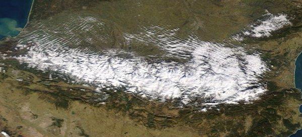 Deux photos satellites des Pyrénées mettent en parallèle les conditions d'enneigement de la chaîne à 10 jours d'intervalle, entre le 6 et le 17 janvier. Après, la pénurie d'or blanc, c'est le trop plein ou presque !