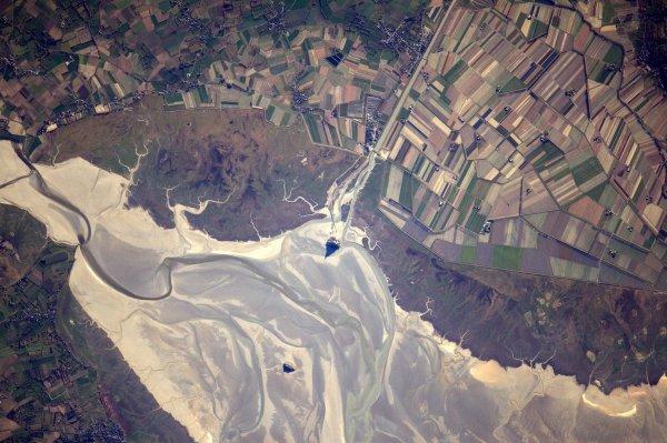 MISSION PROXIMA avec Thomas PESQUET : 20 Janvier 2017. LA TERRE VUE DE L'ISS : LE MONT SAINT MICHEL, entre Bretagne et Normandie et à la frontière entre mer et terre, le Mont-Saint-Michel étend son ombre, très identifiable, sur les sables qui l'encerclent. Observé et photographié par Thomas Pesquet depuis la Station Spatiale Internationale ! (Sources ESA-TP)