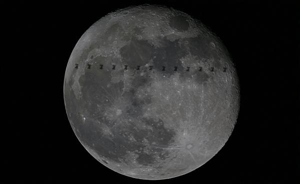 L'IMAGE DU JOUR : LA STATION SPATIALE ET LA LUNE ! La Station spatiale internationale passe devant la Lune, vue du centre des sciences spatiales de l'ESA près de Madrid, en Espagne, le 14 janvier. Une pleine lune, en recherchant le bon moment et le beau temps sont nécessaires pour prendre une photo comme celle-ci. Composé de 13 images superposées, il montre clairement les principaux éléments de la Station. (Source ESA)