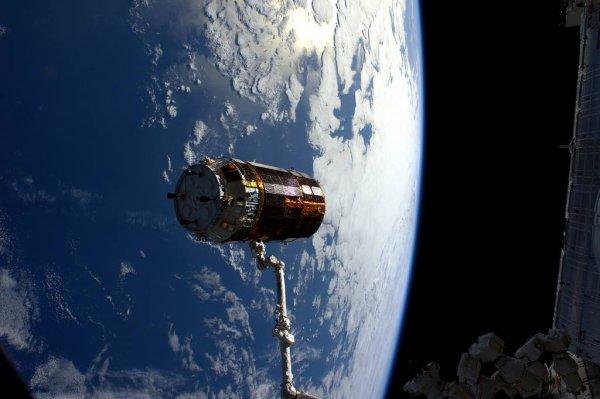 MISSION PROXIMA avec Thomas PESQUET : 31 Janvier 2017. LARGAGE DU VÉHICULE RAVITAILLEUR JAPONAIS HTV-6. Thomas PESQUET étais aux commandes, épaulé par Shane. Le vaisseau cargo, en plus d'apporter du ravitaillement, a fait office de module supplémentaire pendant les 46 jours qu'il est resté attaché à la Station spatiale. Et maintenant, il flotte seul dans l'espace, avant de brûler sans risque à la rentrée atmosphérique. (Sources ESA-TP)