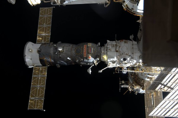 MISSION PROXIMA avec Thomas PESQUET : 2 Février 2017. LARGAGE DU CARGO RAVITAILLEUR RUSSE ROSCOSMOS STATE CORPORATION PROGRESS, six mois après son arrivée. Autre agence spatiale, autre technologie : contrairement au véhicule japonais HTV, pas besoin d'avoir recours à un bras robotique pour le relâcher. En revanche, les astronautes ont dû pencher la Station spatiale toute entière de 90°. Cette procédure ne doit être effectuée que si le Progress est amarré à l'un des ports situés sous l'ISS. Les cargo Progress sont des habitués de la Station, qui en a accueillis plus de 50 à ce jour. Tout comme les autres véhicules ravitailleurs (HTV japonais, Dragon américain, entre autres), il se désintégrera en brûlant dans l'atmosphère, sans venir s'ajouter au contingent de débris spatiaux orbitant déjà autour de la Terre. (Sources ESA-TP)