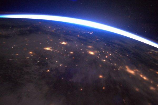 MISSION PROXIMA avec Thomas PESQUET : 7 Février 2017. LA TERRE VUE DE L'ISS : Un moment magique : voler vers le lever du soleil… Un sentiment de vitesse, la planète qui défile sous nos yeux, le bourdonnement de la Station dans l'obscurité… et soudain, la lumière surgit et illumine la courbe de la Terre... Un lever de Soleil depuis l'ISS ! (Sources ESA-TP)