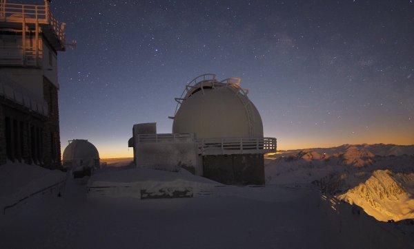 BELLE ET BONNE JOURNEE à tous et à toutes avec cette photo de fin de nuit au sommet du pic du Midi !