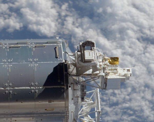 """ASTRONOMIE INFO : FIN DE L'EXPERIENCE SOLAR DEPUIS LA SSI ! Le centre de contrôle, situé en Belgique, va définitivement éteindre « Solar », un appareil scientifique qui a observé depuis neuf ans sans discontinuer le soleil depuis la station spatiale internationale. """"Solar"""" a mesuré presque l'entièreté de la puissance des radiations émises par l'astre solaire à travers le spectre électromagnétique. Alors qu'il avait été conçu pour fonctionner pendant 18 mois, l'instrument a continué à fonctionner jusqu'à aujourd'hui, dépassant en cela toutes les prévisions. Les observations qu'il a réalisées améliorent nos connaissances du soleil et permettent aux scientifiques de créer des modèles informatiques très précis et de prévoir ainsi le comportement de notre étoile. Photo de l'instrument Solar à l'extérieur de Columbus. (Source ESA)"""
