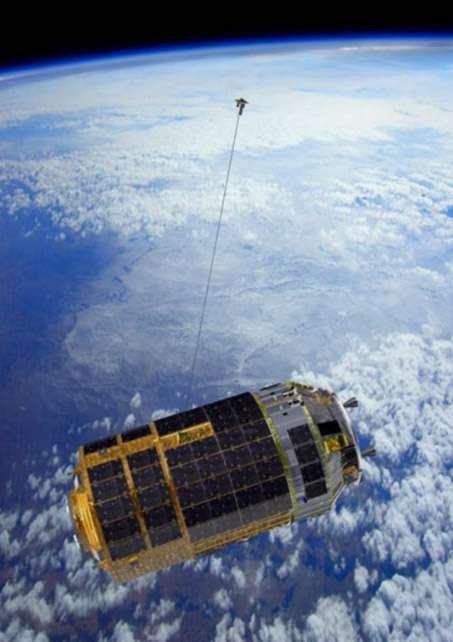 DÉBRIS SPATIAUX : échec d'un câble électrodynamique pour désorbiter des satellites ! Pour apprendre à désorbiter les gros débris spatiaux ou les satellites en fin de vie, l'agence spatiale japonaise vient de tester un technique à l'étude : les EDT, ou câbles électrodynamiques. Cette sorte d'ancre spatiale accrochée, en l'occurrence, au cargo HTV-6, de retour d'une mission de ravitaillement de l'ISS, devait en réduire la vitesse et donc accélérer sa désorbitation. L'expérience a raté mais l'idée est ingénieuse ! Prochaine tentative en 2020. Vue artistique du dispositif Kite, qui s'apparente à une ancre spatiale, testé sur le cargo nippon HTV-6 de retour d'une mission de ravitaillement de l'ISS. (Source JAXA)