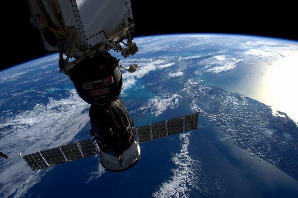 MISSION PROXIMA avec Thomas PESQUET : 17 Février 2017. LA TERRE VUE DE L'ISS : Après le départ des véhicules ravitailleurs HTV et Progress et avant l'arrivée d'un nouveau ravitailleur Dragon, le Soyouz se retrouve seul au nadir, c'est-à-dire arrimé au-dessous de la Station Spatiale. Il a vue directe sur la courbe de la Terre et ses merveilles, comme ici la péninsule de Floride toute entière ! (Sources ESA-TP)