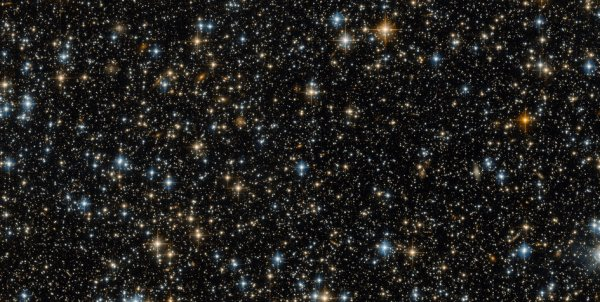 L'IMAGE DU JOUR : Cette image a été capturée par la caméra du Télescope Spatial HUBBLE. Techniquement, cette image offre beaucoup d'intérêt en montrant l'espace et ce champ des corps célestes lumineux. Il peut sembler initialement montrer juste des étoiles, mais un regard plus rapproché révèle beaucoup de ces petits objets pour être des galaxies. Les galaxies spirales ont des bras qui se courbent à partir d'un centre lumineux. Les galaxies les plus floues, moins clairement formées pourraient être elliptiques. Certaines de ces galaxies contiennent des millions et des millions d'étoiles, mais elles sont si éloignées que tous leurs habitants étoilés sont contenus dans une petite piqûre de lumière qui semble avoir la même taille qu'une étoile unique ! Les points bleus lumineux sont des étoiles très chaudes, parfois déformées en croix par les montants soutenant le miroir secondaire de Hubble. Les points rouges sont des étoiles plus fraîches, peut-être dans la phase géante rouge quand une étoile mourante se refroidit et se dilate. (Sources ESA-NASA-HUBBLE)