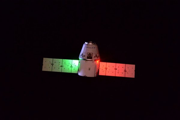 MISSION PROXIMA avec Thomas PESQUET : 23 Février 2017. LA TERRE VUE DE L'ISS : Les premières photos de l'approche parfaite du ravitailleur Dragon, récupéré par le bras robotique de la Station Spatiale ! (Sources ESA-TP)