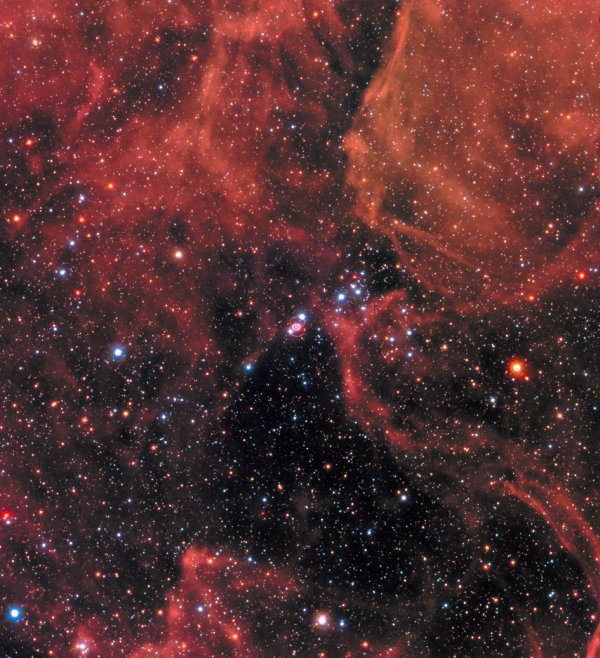 L'IMAGE DU JOUR : EXPLOSION COSMIQUE DU PASSE ! Il y a trois décennies, une explosion stellaire massive a envoyé des ondes de choc non seulement à travers l'espace, mais aussi à travers la communauté astronomique. SN 1987A a été la supernova observée la plus proche de la Terre depuis l'invention du télescope et est devenue de loin l'objet le mieux étudié de tous les temps, révolutionnant notre compréhension de la mort explosive des étoiles massives. Située dans le Grand Nuage de Magellan, une galaxie satellite de la Voie lactée, Supernova 1987A est l'explosion de supernova la plus proche observée depuis des centaines d'années. Elle a marqué la fin de la vie d'une étoile massive et a envoyé une onde de choc de matériel éjecté et une lumière lumineuse dans l'espace. La lumière a finalement atteint la Terre le 23 février 1987 - comme une explosion cosmique du passé. Le télescope spatial HUBBLE de la NASA a été sur la ligne de front des observations de SN 1987A depuis 1990 et l'a regardé à plusieurs reprises au cours des 27 dernières années. Pour célébrer le 30e anniversaire de la supernova et pour vérifier comment son reste s'est développé, HUBBLE a pris cette nouvelle image de l'explosion éloignée en Janvier 2017, l'ajoutant à la collection existante. (Sources ESA-NASA-HUBBLE)