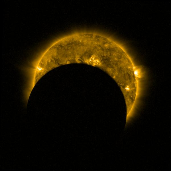 L'IMAGE DU JOUR : ECLIPSE PARTIELLE OBSERVÉE PAR LE SATELLITE PROBA-2. Le 26 février, une éclipse solaire annulaire a eu lieu sur l'Amérique du Sud et l'Afrique. Une éclipse solaire survient lorsque la Lune passe entre la Terre et le Soleil, bloquant totalement ou partiellement le Soleil du point de vue de la Terre. Dans une éclipse annulaire, le diamètre apparent de la Lune apparaît plus petit que le diamètre du Soleil, de sorte qu'un anneau du disque solaire reste visible. Cette image montre l'une des éclipses partielles, prises par l'imageur SWAP de Proba-2, qui capture le Soleil en lumière ultraviolette pour capturer la surface turbulente du Soleil et sa couronne tourbillonnante. (Source ESA)