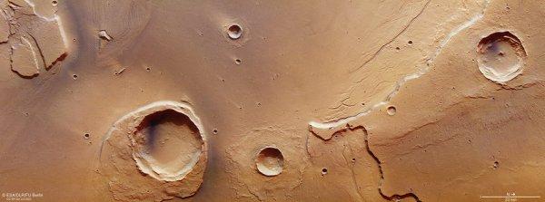 L'IMAGE DU JOUR : UNE IMAGE DE MARS PAR LA SONDE MARS EXPRESS : Cette image se concentre sur l'embouchure de Kasei Valles. La région a connu des inondations extrêmes il y a des milliards d'années. L'image est centrée sur 309ºE / 27ºN et la résolution au sol est d'environ 15 m par pixel. (Sources NASA-ESA)