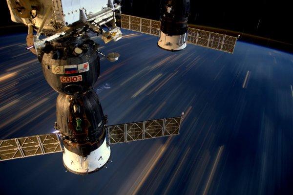 MISSION PROXIMA avec Thomas PESQUET : 14 Mars 2017. LA TERRE VUE DE L'ISS : En trente secondes, la Station Spatiale Internationale parcourt 250 kms… La vitesse est visible sur cette photo (avec en prime un orage qui se cache derrière le Soyuz) (Sources ESA-TP)