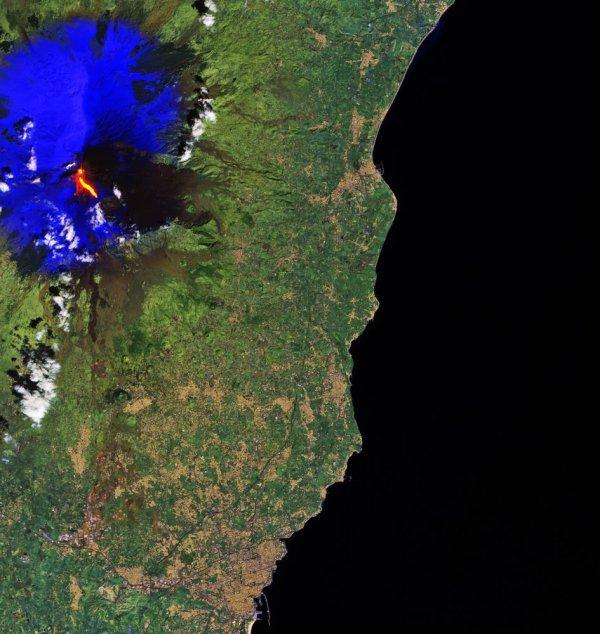 L'IMAGE DU JOUR : ÉRUPTION DU VOLCAN L'ETNA ! Cette image de la lave qui coule de l'Etna en Sicile, en Italie, a été capturée par le satellite Copernicus Sentinel-2A. L'Etna est le plus grand volcan actif en Europe et possède l'un des plus longs records du monde pour l'éruption continue. Cependant, il y a eu une explosion soudaine provoquant plusieurs blessés. La lave rouge qui coule de l'Etna peut être vu clairement dans l'image de Sentinel-2A. La neige environnante a été traitée en bleu pour distinguer les nuages. Lancé en juin 2015, Sentinel-2A propose un imagerie multispectrale à haute résolution et sa mission est conçue comme une constellation de deux satellites et son jumeau identique, Sentinel-2B, a été lancé il y a quelques jours, le 7 mars. (Source ESA)