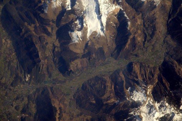 MISSION PROXIMA avec Thomas PESQUET : 20 Mars 2017. LA TERRE VUE DE L'ISS : PAS TRÈS LOIN DE LOURDES mais près de Pau, la vallée d Ossau avec le lac de Castet à gauche, Laruns à droite. On aperçoit les cols de Marie blanque, Port de Castets, le début des cols d'Aubisque et du Pourtalet qui mène en Espagne ! (Sources ESA-TP)