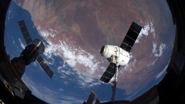 MISSION PROXIMA avec Thomas PESQUET : 22 Mars 2017. VUE DEPUIS L'ISS : Le Dragon (à droite) et le Soyouz (à gauche) sont les deux seuls véhicules spatiaux à rentrer sur Terre – les autres brûlent entièrement à la rentrée atmosphérique. Ils se sont retrouvés presque côte à côte avant que le bras robotique canadien relâche le cargo. Deux technologies différentes, deux alphabets, mais un même objectif ! (Sources ESA-TP)