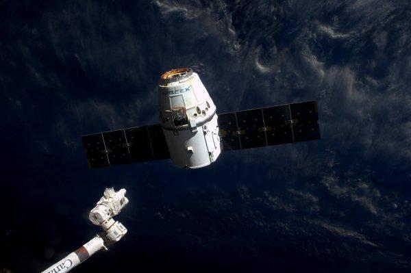 MISSION PROXIMA avec Thomas PESQUET : 22 Mars 2017. VUE DEPUIS L'ISS : Quelques minutes après sa relâche, le Dragon redevient livré à lui-même, prêt à affronter une rentrée atmosphérique flamboyante ! (photo du 19 mars) (Sources ESA-TP)