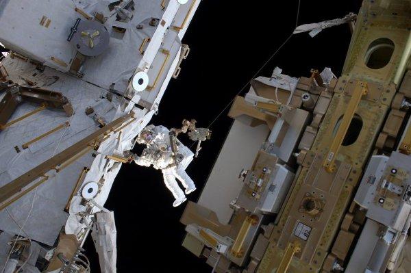 MISSION PROXIMA avec Thomas PESQUET : 27 Mars 2017. UNE NOUVELLE SORTIE EXTRAVÉHICULAIRE DE THOMAS PESQUET ! Vendredi dernier, l'astronaute français de l'Agence Spatiale Européenne Thomas Pesquet a accompli une nouvelle sortie en scaphandre avec son collègue américain Shane Kimbrough. Une opération de maintenance sur l'extrémité du bras robotique et l'inspection d'un radiateur, sur laquelle il pouvait y avoir une fuite potentielle. Au final il n'y en avait pas : tout le monde est soulagé ! Une troisième, avec l'Américaine Peggy Whitson, est prévue plus tard. (Sources ESA-TP)