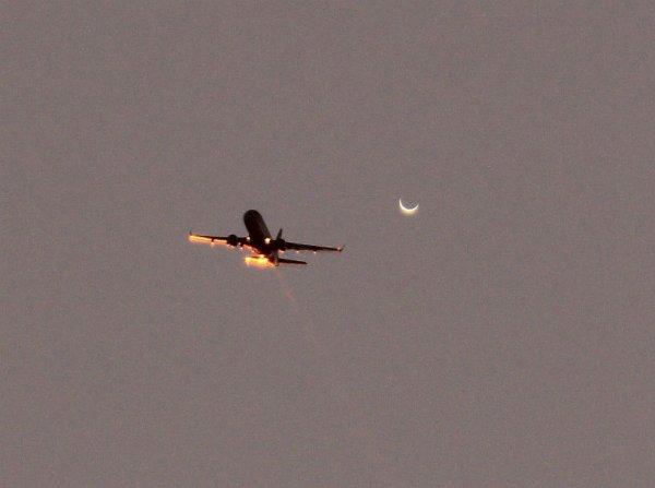L'IMAGE DU JOUR : LA PLANÈTE VENUS ET L'AVION !! Ce 16 mars 2017 au crépuscule, le photographe Sébastien Lebrigand était à l'affût avec sa lunette de 100 mm et son reflex numérique et il n'a pas manqué cet instant fugitif où l'avion de ligne est venu caresser le croissant vénusien. Une photo rare ! Jumelle infernale de la Terre, Vénus est actuellement la planète la plus proche de la Terre et une simple paire de jumelles suffit pour admirer son beau croissant. (Sources C&E-SL)