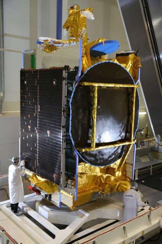 ESPACE INFO : INÉDIT !! Cette nuit, un Falcon 9 décollera avec un satellite de télécommunication. Ce quatrième lancement de l'année pour SpaceX sera aussi le premier de l'histoire à réutiliser un étage principal qui a déjà volé. Cette nouvelle ère du transport spatial qui s'ouvre sous nos yeux devrait rendre l'espace accessible à un plus grand nombre d'utilisateurs, avec des coûts moindres et des procédures simplifiées !! Photo du satellite SES-10 construit par Airbus Defence and Space autour d'une plateforme Eurostar 3000 avant son lancement. (Sources SPACE X-Airbus DS)