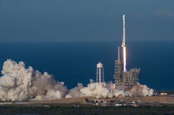 ESPACE INFO : INÉDIT, NOUVEAU SUCCÈS POUR SPACE X ! La fusée Falcon 9 SES-10 à bien mis sur l'orbite de transfert géostationnaire, le satellite de télécommunication. C'est également la première réussite mondiale de réutilisation d'une partie de la fusée de classe orbitale, et déjà utilisé lors d'un précédent vol le 8 avril 2016 dans le cadre d'une mission de réapprovisionnement de la cargaison à la Station spatiale internationale. (Source SPACE X)
