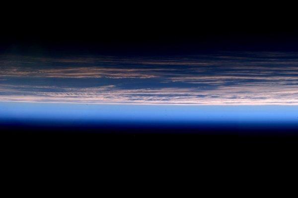 MISSION PROXIMA avec Thomas PESQUET : 1er Avril 2017. VUE DEPUIS L'ISS : Dans la catégorie fond d'écran : dégradé de bleu au lever de soleil depuis la Station Spatiale, Superbe ! (Sources ESA-TP)