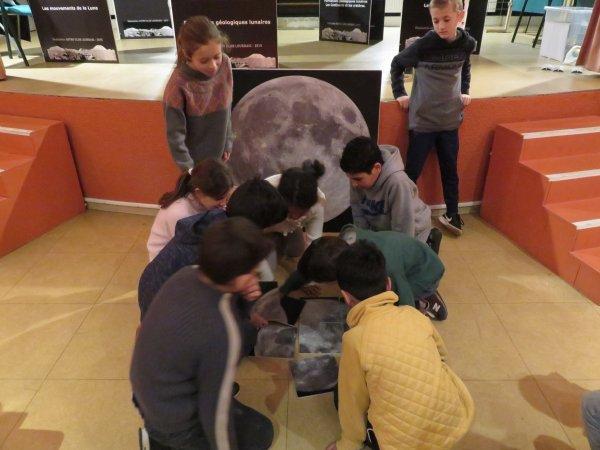 DANS LES LOCAUX DE L'ASTRO CLUB LOURDAIS, DES CLASSES D'ASTRONOMIE DE BORDEAUX EN ANIMATION ASTRO : Du planétarium de l'Astro Club, à l'amphithéâtre avec l'exposition sur notre satellite LA LUNE, en passant par l'exposition sur les distances dans le Système Solaire... Une belle journée d'animation pour 57 jeunes de Bordeaux. Tout le monde n'est pas en vacances !!!