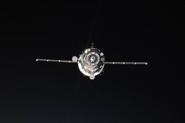 MISSION PROXIMA avec Thomas PESQUET : 20 Avril 2017. DEUX NOUVEAUX PASSAGERS POUR L'ISS : Le Soyouz MS04 a décollé à l'heure. Il était 9 h 13, ce 20 avril 2017, quand le vaisseau russe s'est arraché à l'attraction terrestre depuis le cosmodrome de Baïkonour, au Kazakhstan. À son bord, fait exceptionnel depuis 2003, non pas trois mais seulement deux astronautes : le Russe Fiodor Iourtchikhine (58 ans) et l'Américain Jack Fischer (43 ans, dont c'est le premier vol). La Russie a en effet réduit sa participation à la station spatiale internationale pour des raisons budgétaires. Trois heures plus tard, le Soyouz s'arrimait à l'ISS. (Sources ESA-TP)