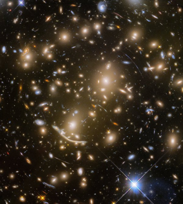L'IMAGE DU JOUR : HUBBLE PLONGE DANS L'OCÉAN DES GALAXIES Abell 370 ! Avec l'observation finale du groupe de galaxies lointain Abell 370 - à environ cinq milliards d'années-lumière - le programme Frontier Fields a pris fin ! Abell 370 est l'un des tout premiers groupes de galaxies dans lesquels les astronomes ont observé le phénomène de la lentille gravitationnelle, le gauchissement de l'espace-temps par le champ gravitationnel de la grappe qui déforme la lumière des galaxies derrière elle. Cela se manifeste sous forme d'arcs et de stries dans l'image, qui sont les images étirées des galaxies d'arrière-plan. (Sources ESA-NASA)