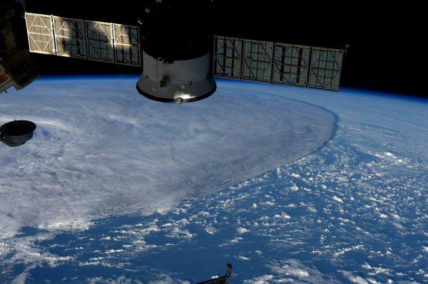 MISSION PROXIMA avec Thomas PESQUET : 10 Mai 2017. VUE DEPUIS L'ISS : Dans l'Océan Pacifique, cette tempête observé depuis la Station Spatiale Internationale, a l'air de tout écraser sur son passage ! (Sources ESA-TP)