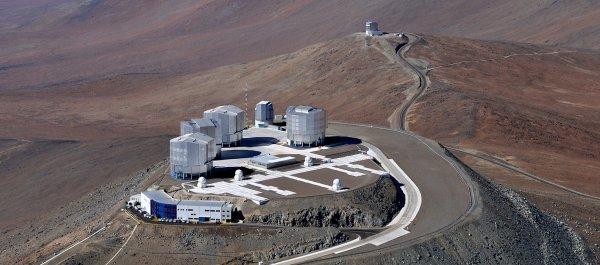 ASTRONOMIE INFO : L'Observatoire Européen Austral (ESO) est en passe de s'élargir avec l'entrée prochaine de l'Australie dans l'organisation internationale. Et c'est plutôt une bonne nouvelle, car l'Observatoire européen austral (ESO) peine à boucler le financement de son projet du télescope géant de 39 m, l'EELT. Il manque en fait 200 millions d'euros pour construire certains instruments et la partie centrale du miroir ! Pour l'Australie le ticket d'entrée est de 26 millions d'euros la première année, puis un financement annuel de 12 millions d'euros sur 10 ans, soit une participation totale de 134 millions d'euros. En échange, les Australiens vont pouvoir accéder aux télescopes géants de l'ESO, les 8 m du VLT et d'ici 2025 à l'EELT. Malgré cette nouvelle adhésion probable à l'ESO, le compte n'y est toujours pas pour boucler la phase 2 de construction de l'EELT. L'ESO doit donc encore trouver de nouveaux partenaires. L'Observatoire européen austral n'a plus d'européen que le nom car il est désormais évident que, pour élargir son cercle, il doit prospecter dans le monde entier. (Sources ESO-C&E)
