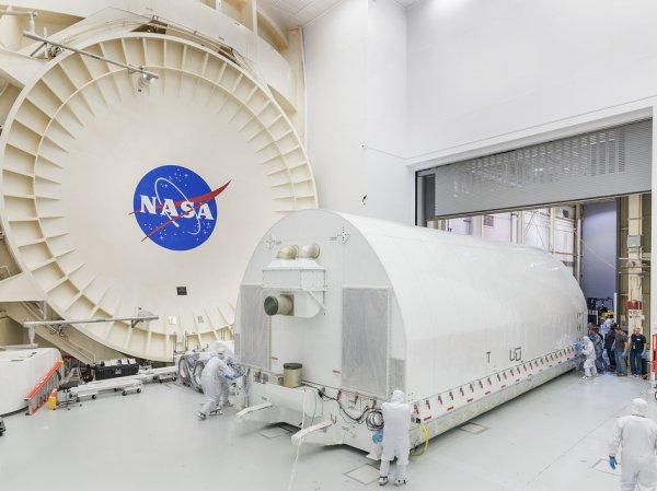 L'IMAGE DU JOUR : LE TÉLESCOPE SPATIAL JAMES WEBB (JWST) est emmené dans la salle blanche du bâtiment 32 au centre spatial Johnson de la NASA. La chambre à vide thermique où le télescope subira son dernier test cryogénique avant son lancement dans l'espace en 2018. JWST est un projet commun de la NASA, de l'ESA et de l'Agence spatiale canadienne, et devrait être lancé en octobre 2018 à partir du port spatial européen à Kourou, en Guyane française, pour remplacer le télescope HUBBLE ! (Sources ESA-NASA)