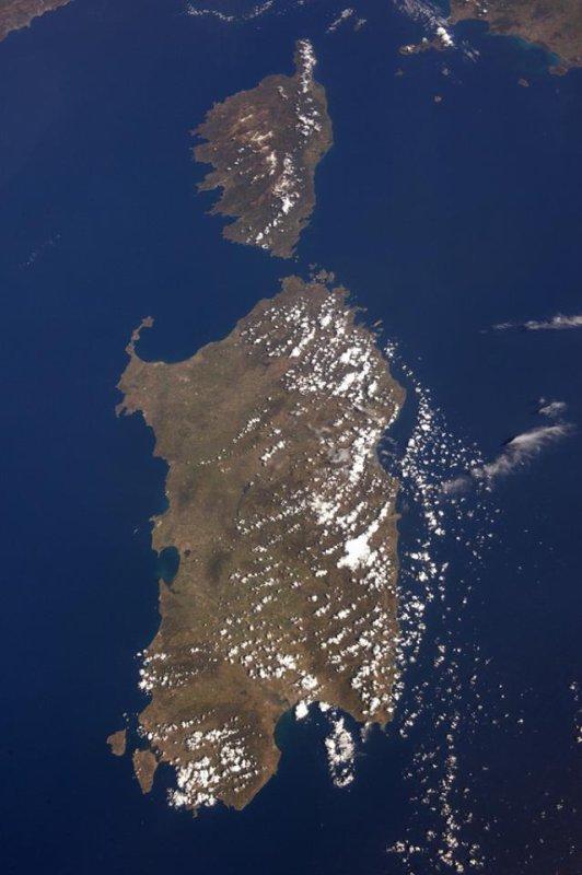 MISSION PROXIMA avec Thomas PESQUET : 15 Mai 2017. VUE DEPUIS L'ISS : Pour prendre de bonnes photos de la terre vue de l'espace, il faut de très bons appareils et une station spatiale ! Le résultat est sublime avec l'exemple de cette photo, la Corse et la Sardaigne ! (Sources ESA-TP)
