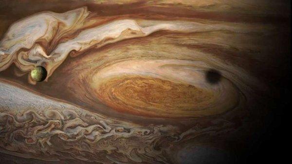 L'IMAGE DU JOUR : De JUPITER, la sonde JUNO transmet des images et des données étonnantes ! Ce qui a été observé et mesuré a plutôt déroutés les scientifiques : la planète géante n'est pas aussi uniforme qu'ils le pensaient. Parallèlement à ces données, les images prises par la sonde nous régalent. Voilà 300 jours que ce vaisseau de la NASA tourne autour de Jupiter, ce qui lui a laissé le temps de boucler quatre orbites, sur 33. Lors de chacune d'elles, qui lui prennent actuellement 53 jours terrestres, la sonde a pu effectuer des survols rapprochés de la haute atmosphère et l'observer. Les images prises avec la Junocam sont, comme promis et comme vous pouvez vous le constater, magnifiques, la géante gazeuse nous dévoilant son visage avec un niveau de détails sans équivalent. La lune volcanique Io projette son ombre sur la Grande tache rouge de Jupiter. (Sources NASA-JPL-Caltech)