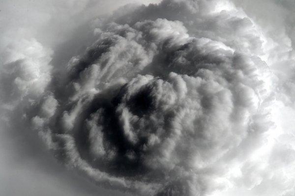 MISSION PROXIMA avec Thomas PESQUET : 18 Mai 2017. THOMAS PESQUET RESTE DIX NEUF JOURS DE PLUS DANS L'ISS ! En effet, l'ESA et la NASA ont décidé de reporter son retour sur Terre au 2 juin, la raison de cette prolongation est simple, et assez habituelle : une rotation entre deux équipages trop longue. Ce qui nous permets de recevoir une nouvelle image, un nuage tout aussi magnifique que menaçant au-dessus de la région des Grands Lacs d'Afrique... (Sources ESA-TP)