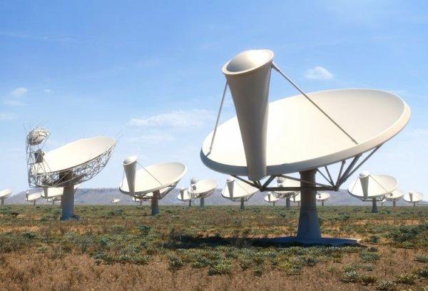 L'IMAGE DU JOUR : LES NUAGES D'HYDROGÈNE DE LA GALAXIE M83. Magnifique galaxie spirale, M83 a été vue pour la toute première fois par un Français, l'abbé Nicolas-Louis de la Caille. Parti en expédition en 1750 dans l'hémisphère sud, il a observé cette galaxie depuis Le Cap, en Afrique du Sud. 265 ans plus tard, cet objet a été revisité depuis la province nord du Cap à l'aide de l'observatoire Meerkat. Actuellement en construction, ce réseau de radiotélescopes compte déjà 32 paraboles de 13,5 m sur les 64 prévues. Il sera complet au début de l'année 2018. En observant les longueurs d'onde radio, l'observatoire dévoile l'univers à des longuers d'onde de basse énergie et montre en particulier les nuages d'hydrogène atomique. Il est surprenant de voir que l'extension de la galaxie dans ce domaine est bien plus importante qu'en lumière visible. Les nuages d'hydrogène sont visualisés en rouge. Par-dessus cette information a été superposée une photo prise dans le visible, où seule la zone centrale de la galaxie, en bleu et rose est visible, ainsi que quelques étoiles d'avant-plan en bleu et vert. Ci-dessous photo de M83 et du radiotélescope Meerkat. (Sources C&E-MEERKAT)