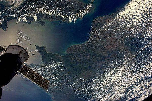 MISSION PROXIMA avec Thomas PESQUET : 22 Mai 2017. VUE DEPUIS L'ISS : Pour les deniers jours de Thomas Pesquet dans la Station Spatiale Internationale, il nous offre deux photos aujourd'hui de la France, la Normandie et la Seine-Maritime épargnées par les nuages... Et les plages de l'Atlantique et le front de pins de la forêt des Landes ! (Sources ESA-TP)