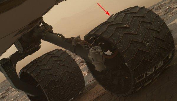 L'IMAGE DU JOUR : LES ROUES PERFORÉES DE CURIOSITY ! Depuis qu'il a atterri dans le cratère Gale le 6 août 2012, le rover Curiosity a parcouru 16 km grâce à ses 6 roues en aluminium de 50 cm de diamètre et 40 cm de large. Ces roues motrices sont régulièrement inspectées par la caméra scientifique MAHLI qui plonge alors son regard sous le châssis du véhicule. C'était le cas le 29 avril 2017. Sur les images mises en ligne par l'Agence spatiale américaine, on note la présence de fissures et trous assez conséquents sur la roue centrale gauche du robot. Ce qui pourrait également inquiéter, c'est le déchirement des nervures qui sont structurelles. Ces trous existent depuis longtemps. Ils sont apparus durant l'année 2013 lorsque Curiosity a traversé des terrains de roches coupantes et pointues. Que la tôle d'aluminium soit percée, ce n'est pas problématique. Quoique le risque serait que la tôle se replie et arrache le câble d'alimentation du moteur de la roue. Lors de l'inspection du 19 mars 2017, 2 soulèvements sont apparus qui n'existaient pas fin janvier 2017. Sur l'image acquise le 19 mars 2017, localisation de l'une des 2 nervures cassées sur la roue centrale gauche de Curiosity. La nervure était intacte lors de l'inspection précédente réalisée le 27 janvier 2017. (Sources : NASA/JPL-Caltech/MSSS).