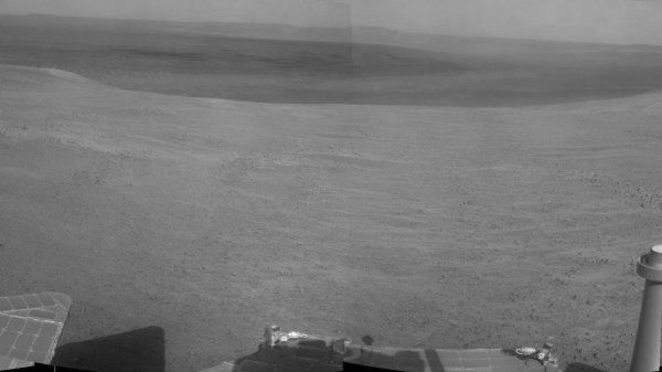 L'IMAGE DU JOUR : APRÈS CURIOSITY DES NOUVELLES D'OPPORTUNITY SUR MARS ! Le robot américain, sur Mars depuis 2004, arrive en vue de son nouvel objectif au bord du cratère Endeavour : une ravine qui pourrait avoir été creusée par de l'eau… mais pas uniquement. Avec ses 44,7 km au compteur, Opportunity pourrait bien donner aux scientifiques le fin mot d'un mystère qui dure depuis que la sonde orbitale Mars Global Surveyor, en 2000, a permis d'identifier des ravines récentes sur les flancs de certains cratères ou de certaines montagnes. Leur aspect fait penser à des écoulements d'eau qui auraient creusé des ruisseaux éphémères. Mais depuis leur découverte, deux thèses s'opposent pour expliquer leur présence : soit des effondrements de sable, à sec, soit la liquéfaction soudaine de glaces contenues dans le sol. Récemment, une équipe française a démontré que l'écoulement d'eau sur Mars semblait difficile à envisager, compte tenu des conditions de faible pression qui y règnent.Le valeureux robot américain est donc sur le point de s'engager le long de l'une de ces ravines, longue d'environ 150 m. Malgré ses instruments vieillissants, Opportunity pourrait récolter des données venant étayer l'une ou l'autre des hypothèses concernant l'origine des ravines martiennes. Les photos, avec le parcours effectué par Opportunity depuis octobre 2016 (de haut en bas) au bord du cratère Endeavour. (Sources NASA-C&E).