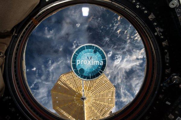 MISSION PROXIMA avec Thomas PESQUET : 30 Mai 2017. DERNIERS JOURS POUR THOMAS PESQUET DANS L'ISS avec ces nouvelles photos : l'écusson de sa mission PROXIMA et les derniers essais avec scaphandre au niveau du vaisseau spatial du retour... Tout est ok ! (Sources ESA-TP)
