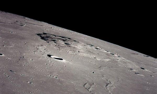 ESPACE INFO : LA CHINE RÉVÈLE LE SITE D'ALUNISSAGE DE SA SONDE CHANG'E 5, qui sera envoyée sur la Lune en décembre 2017 pour y prélever des échantillons et les expédier sur Terre. Et une fois n'est pas coutume, la Chine a annoncé plusieurs mois avant le lancement quel serait son objectif, se poser en douceur dans la partie nord-ouest l'océan des Tempêtes, dans une zone majoritairement plate située au nord-est d'une province volcanique appelée Rümker. Si l'aire visée se limite à une surface d'environ 40 km de côté, la région élargie dans laquelle l'engin automatique pourrait se poser s'étend sur près de 500 km entre les cratères Mairan et Harding. Si Chang'e 5 parvient à se poser et à collecter quelques roches, puis à les rapporter sur Terre, cela constituerait une première depuis 1976, date du dernier retour d'échantillons par la sonde soviétique Luna 24. (Sources DR-C&E)