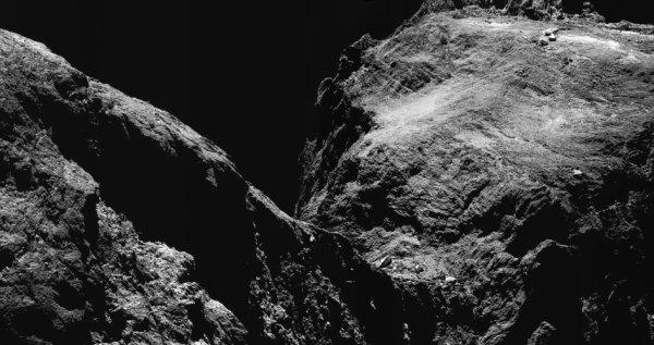 L'IMAGE DU JOUR : RETOUR VERS LA COMÈTE ET NOUVELLE DÉCOUVERTE ! Cette Image améliorée prise le 15 mai 2016 par la caméra de navigation de la sonde ROSETTA, à environ 9,9km du centre du noyau de la Comète 67P/Churyumov-Gerasimenko. L'échelle à la surface est d'environ 0,8m/pixel et l'image atteint environ 1,5km. Une partie du petit lobe de la comète est visible à droite et une partie du grand lobe sur la gauche. Ces observations ont été effectuées dans une période de trois semaines au cours de laquelle Rosetta a volé très près du noyau pour rechercher le xénon, un traceur important de la composition du système solaire précoce. Le mélange de xénon trouvé sur la comète ressemble beaucoup au mélange primordial que les scientifiques estiment avoir été amenés sur notre planète au début de la formation du système solaire. Ces mesures suggèrent que les comètes ont contribué à environ un cinquième du xénon dans l'atmosphère ancienne de la Terre ! (Source ESA)